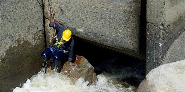 Unas 30 personas participaron en la remoción con retroexcavadora de las piedras de entre 20 y 30 toneladas.