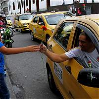 Flores y tarjetas, la táctica de taxistas manizaleños contra Uber