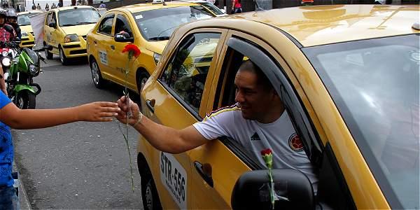 Con claveles rojos y compromiso de un buen servicio, los taxistas de Manizales recorrion ayer las calles para conquistar usuarios.