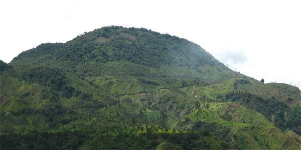 El volcán se encuentra ubicado en la cordillera Central a 7 kilómetros de Cajamarca, a unos 13 kilómetros de Salento y a 35 de Armenia.