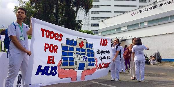 Los trabajadores mantienen la protesta desde la noche del lunes.