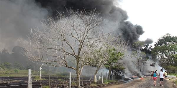 Atentados contra estas estructuras no cesan. La imagen corresponde a una emergencia ocurrida en el 2013.