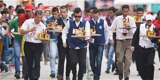 Concurso en Duitama mide la habilidad de meseros del país