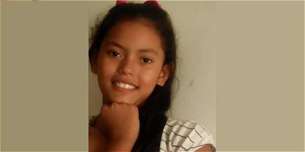 Mariana Henao Jaramillo, de 10 años, vestía una blusa azul oscura y una falda blanca de boleros cuando su familia la vio por última vez. Su mamá autorizó la publicación de sus datos e imagen.