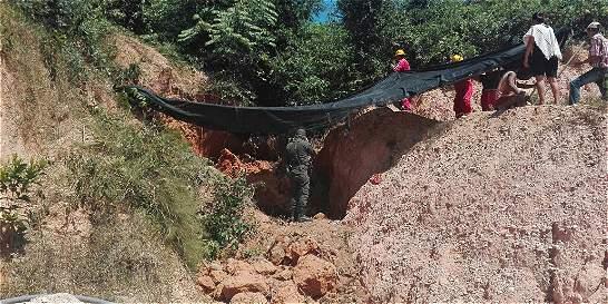 Derrumbe en mina artesanal de Santander deja dos muertos y un herido