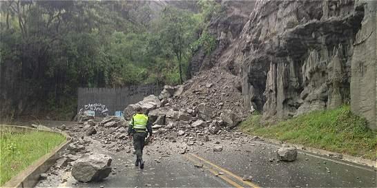 Derrumbes y árboles caídos taponan la vía Neiva-Campoalegre-Garzón