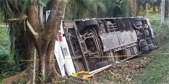 Un muerto y 28 heridos dejó accidente de bus en Santander