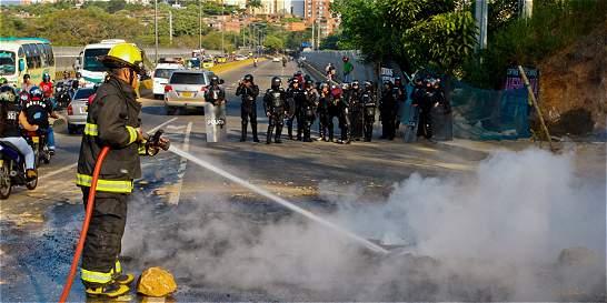 Mototaxistas bloquean vías en Bucaramanga por pico y placa