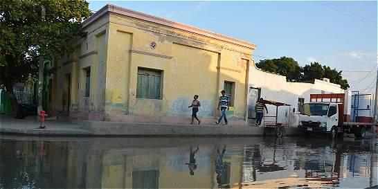 Molestias por rebosamiento de aguas negras en el centro de Santa Marta