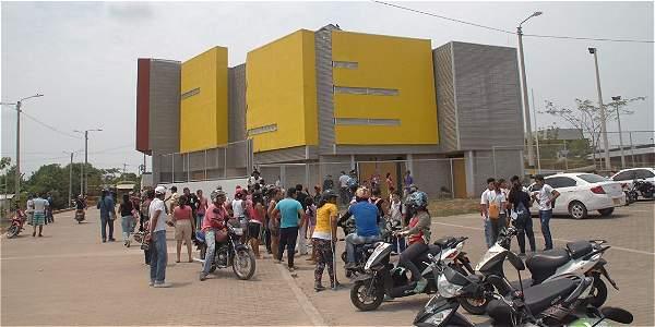 Al mediodía de este viernes todo era confusión a la entrada de la institución educativa, ubicada en el barrio Idema.