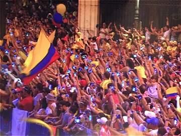 Colombianos pintaron de amarillo la Plaza de Cibeles en Madrid