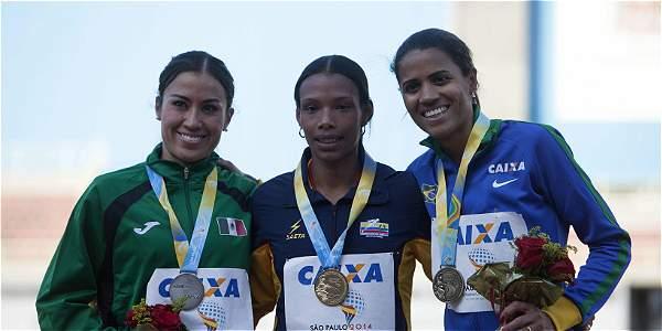 Muriel Coneo (centro), en el podio de los 1.500 metros planos del Iberoamericano de Atletismo.