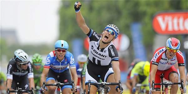 Marcel Kittel (c), celebra su triunfo en la etapa 21 del Tour de Francia.