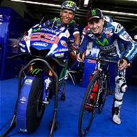 Nairo Quintana se subió en la motocicleta de Jorge Lorenzo