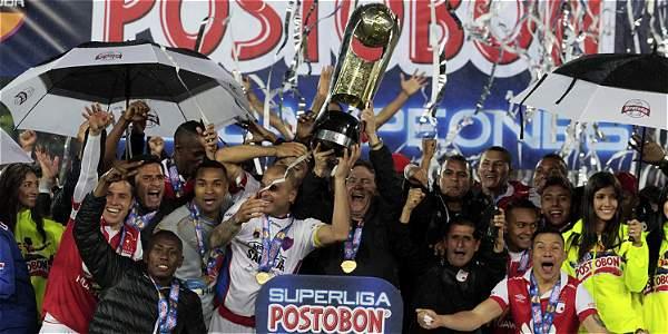 Santa Fe alza la copa como ganador de la Superliga Postobon.