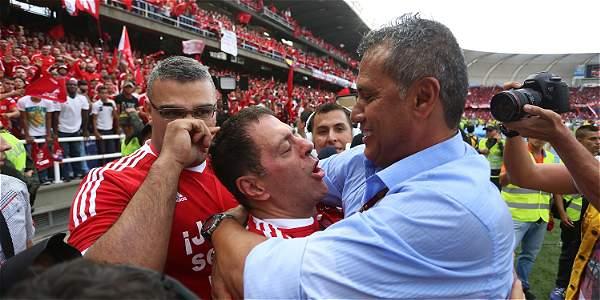 Tulio Gómez se abraza con Hernán Torres.