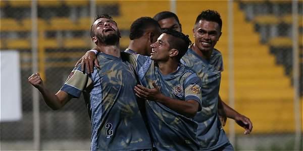 Los jugadores de Tigres celebran el gol.