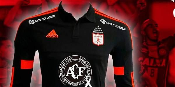 La camiseta que América lucirá contra Tigres, con el escudo del Chapecoense en el pecho.