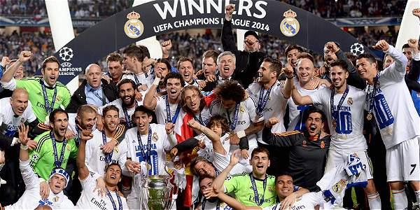 Jugadores del Real Madrid celebran con el trofeo después de la final de la UEFA Champions League.