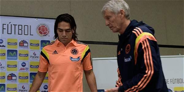 Falcao García (izq.), junto a Pékerman, antes de confirmar que no iría a Brasil.