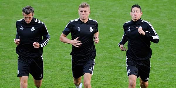 James Rodríguez, en el entrenamiento antes de la Supercopa de Europa, junto a Gareth Bale (Izq) y Toni Kroos.