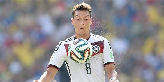 Mesut Özil estará por fuera de las canchas por tres meses