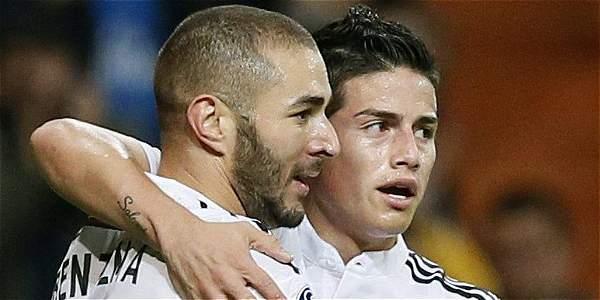 James Rodríguez (d.) junto al francés Karim Benzema.