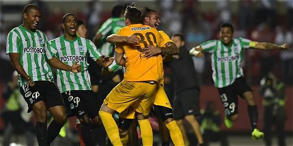 Franco Armani (cen.), le atajó un penalti en la definición a Rafael Toloy.