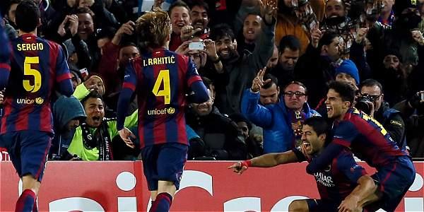 Jugadores del Barcelona celebran el gol de Luis Suárez al PSG en la Liga de Campeones.
