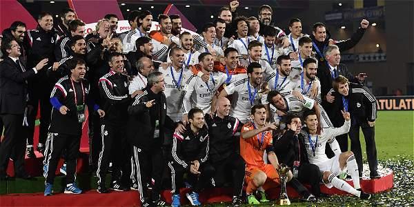 Toda la plantilla de Real Madrid con el trofeo de campeón del Mundiald e Clubes.