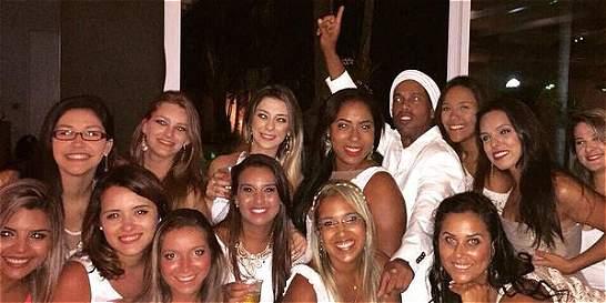 Ronaldinho recibió el 2015 rodeado de mujeres