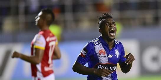 Santa Fe dejó escapar el triunfo y cayó 2-1 con Emelec en Suramericana