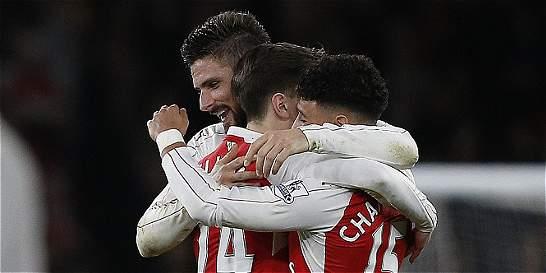 Arsenal venció 2-1 al Manchester City y sigue de cerca al Leicester