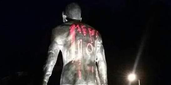 Estatua de Cristiano fue pintada con el nombre y el dorsal de Messi