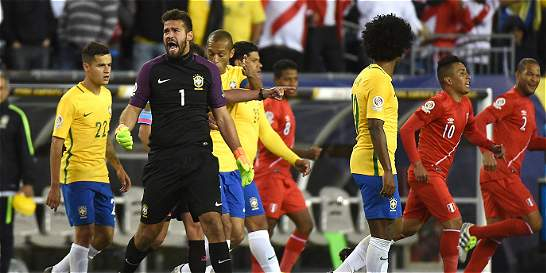 Con gol polémico, Perú elimina a Brasil de la Copa América