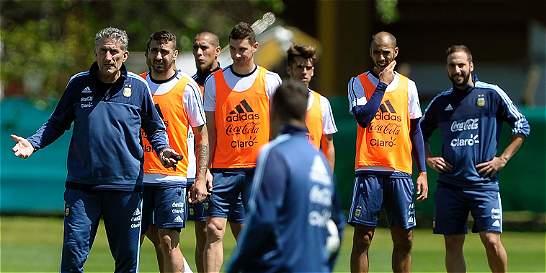 Argentina, diezmada, recibe a Paraguay en cruce de equipos necesitados