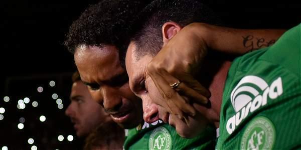 Hinchas de fútbol brasileños lloran a las víctimas del accidente aéreo de Chapecoense