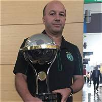 Santa Fe entregó la réplica de la Copa Suramericana al Chapecoense