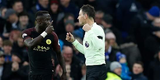 Multan a Sagna, defensa del Manchester City, por críticas a un árbitro