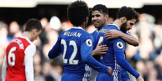 Chelsea derrotó 3-1 al Arsenal y se le alejó 12 puntos