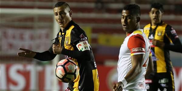 Pablo Escobar, del The Strongest (izq.) disputa el balón con Carlos Henao (d), de Santa Fe, durante el partido por el Grupo 2 de la Copa Libertadores.
