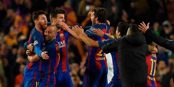 Los jugadores del Barcelona celebran la clasificación.