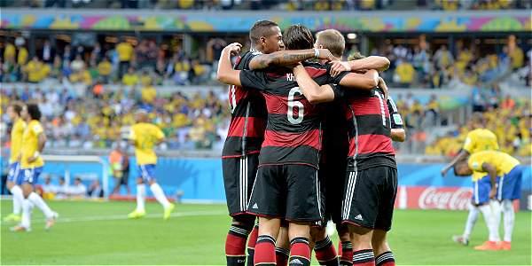 Jugadores de Alemania celebrando el triunfo sobre Brasil.