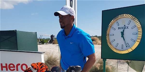Tiger Woods regresa al golf tras una lesión que le impedía caminar