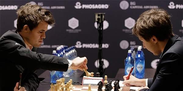 El jugador de ajedrez noruego Magnus Carlsen (izq.), actual campeón del mundo, disputa una partida con el ruso Sergey Karjakin (der.).