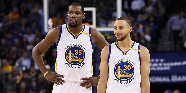 Kevin Durant y Stephen Curry, jugadores de los Warriors de la NBA.