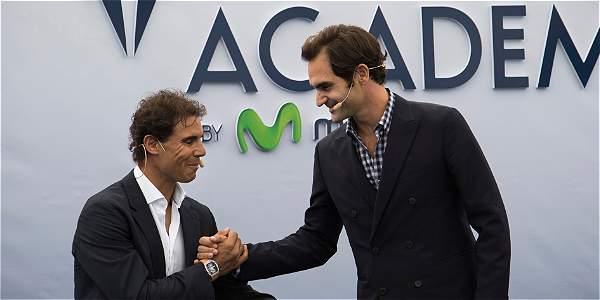 Rafael Nadal se da la mano con Roger Federer.