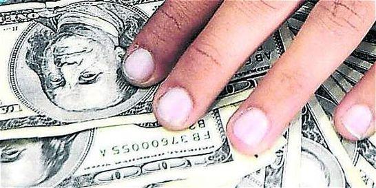 Dólar mantiene carrera alcista y se sitúa en los 3.028 pesos