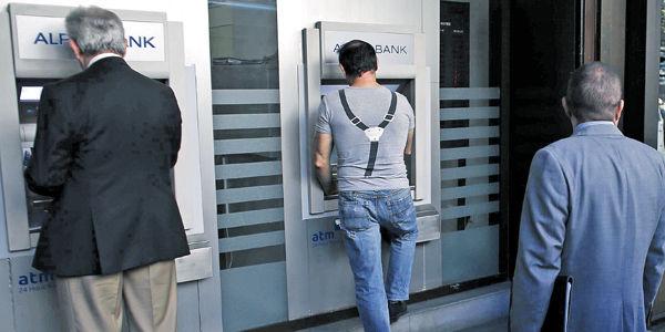 Los usuarios de tarjetas aún manejan altas sumas de dinero en efectivo, retiradas de los cajeros.