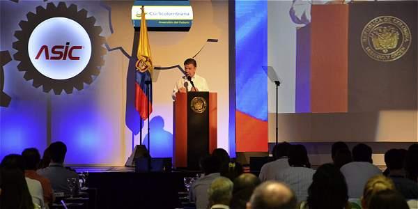 El presidente Santos se dirige a los banqueros, al cierre de la convención.